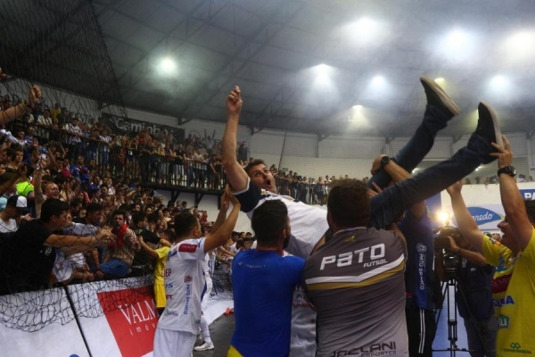 O presidente Luiz Sérgio Lavarda foi jogado para o alto pelos jogadores durante a comemoração do título (Foto: Marcilei Rossi )