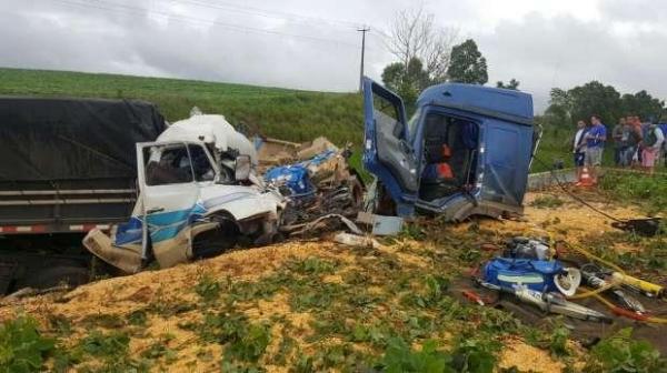 O impacto muito forte destruiu os dois caminhões. (Foto: Divulgação)