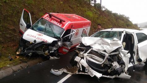 A ambulância levava um médico, enfermeiro e motorista. (Foto: Correio Lageano)