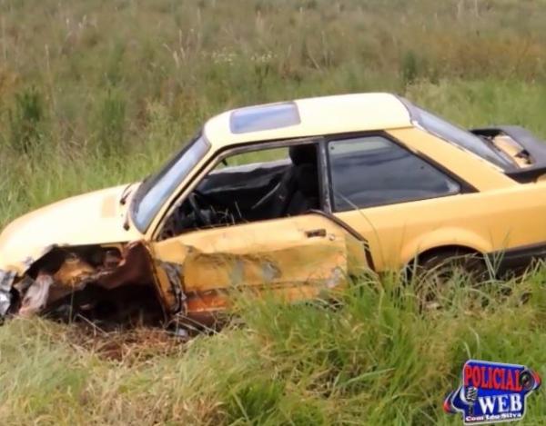 O Ford Escort invadiu a pista contrária. (Foto: Léo Silva)