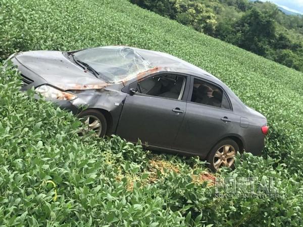 O veículo estava abandonado em meio a uma plantação de soja. (Foto: PM)