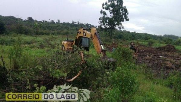 Na propriedade estava sendo realizando serviços de escavação e derrubando algumas árvores nativas (Foto: Divulgação )
