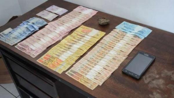 Com o jovem, foram encontrados 29 gramas de maconha e R$ 1.920,00 em dinheiro. (Foto: PM)