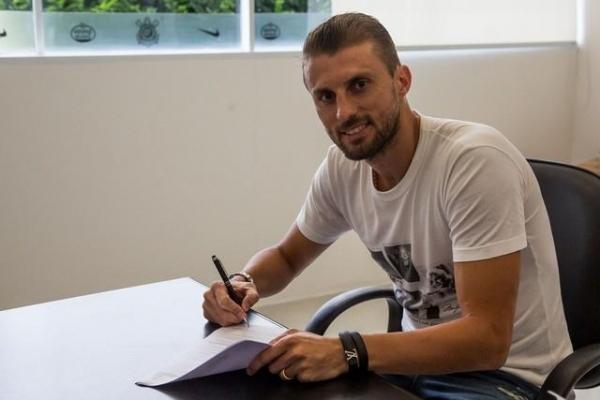 Zagueiro Henrique assinou contrato de dois anos com o Corinthians (Foto: odrigo Gazzanel/Agência Corinthians )