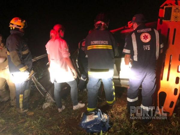 O condutor foi socorrido pela equipe do SAMU e do Bombeiro Militar. (Foto: Internauta)