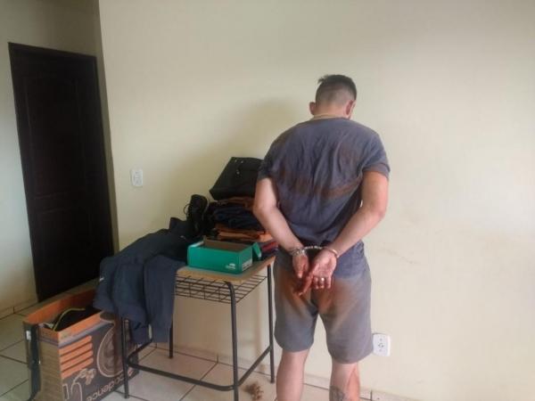Em buscas na residência do suspeito ainda foram encontrados produtos de origem duvidosa sendo elas 37 peças de roupas. (Foto:PM)