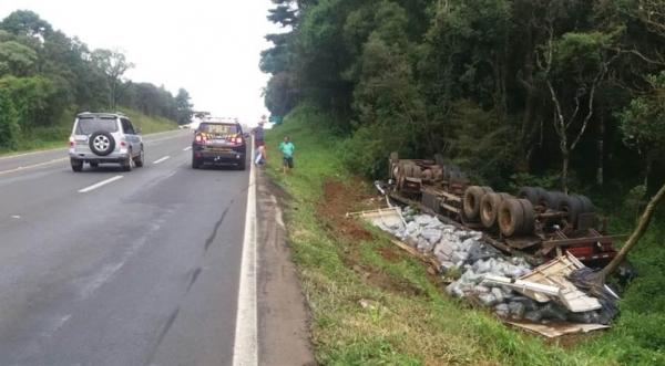 O veículo com placas de Foz do Iguaçu saiu da pista e capotou. (Foto:PRF)