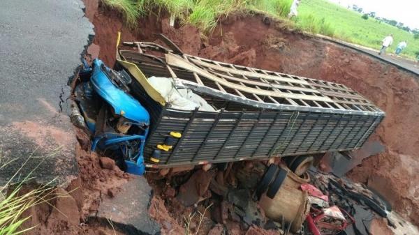 Condutor caiu na cratera e teve graves ferimentos após acidente (Foto: PMR/Divulgação )