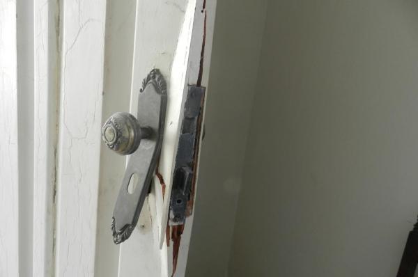 A  porta lateral da  residência foi arrombada. (Foto: ilustrativa)