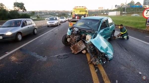 O motorista do Gol, de 22 anos, foi atendido pelas equipes de socorro e encaminhado à Unidade de Pronto Atendimento.(Foto: Tarobá News)