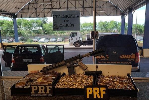O arsenal estava escondido em um compartimento oculto. (Foto: PRF)