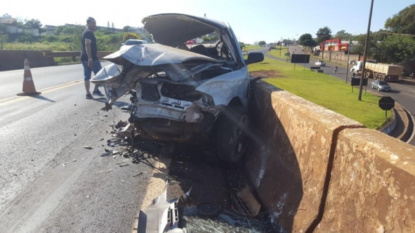 O acidente ocorreu sobre o viaduto do Bairro XIV de Novembro.(Fotos: CGN)