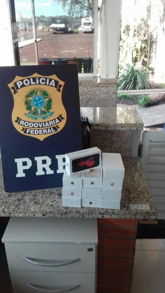 Durante fiscalização foram encontrados 11 smartphones . (Foto: PRF)