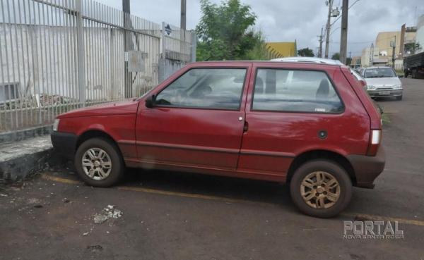 O Fiat foi abandonado. (Foto: Léo Silva)