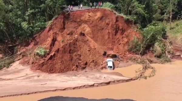 Carro cai em cratera que se abriu na PR-082 após enxurrada levar ponte (Foto: Josué Madeira/Arquivo pessoal )
