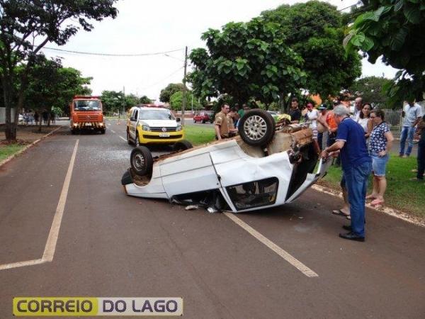 Com o impacto, o condutor do Uno perdeu o controle da direção e o veículo acabou capotando.(Foto: Correio do Lago)