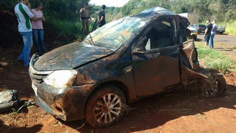 O veículo ficou destruído.(Foto: Cantu em Foco)