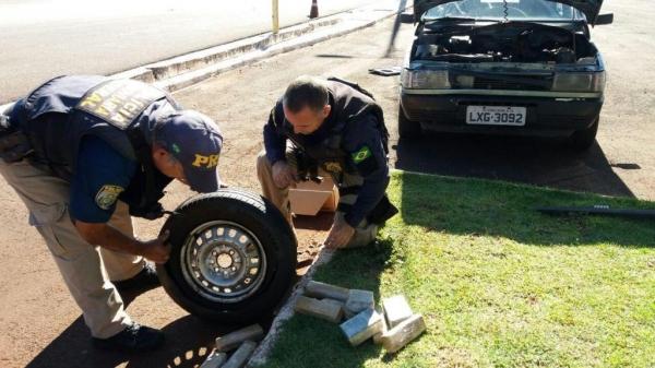 O carro foi preparado e retirado em Foz  e os materiais apreendidos iriam ser entregues em Cascavel.(Foto: PRF)