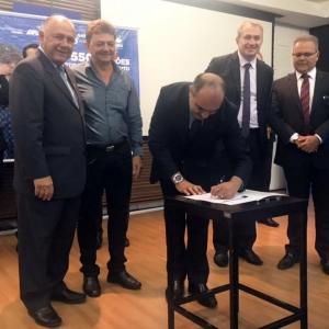 A assinatura ocorreu na sede da Sanepar em Curitiba.(Foto: Divulgação)