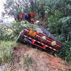 Acidente também envolveu um terceiro caminhão que estava carregado com 13 mil litros de líquido corrosivo (Foto: PRF/Divulgação)