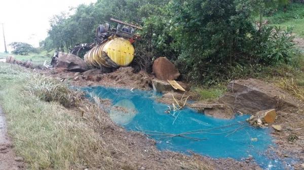 Caminhão-tanque estava carregado com 30 mil litros de óleo diesel (Foto: PRF/Divulgação)