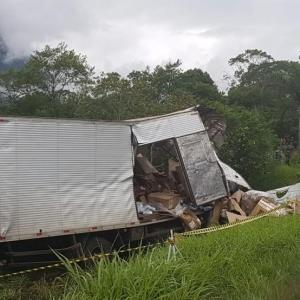 Caminhão saiu para fora da pista após batida na BR-376, em Guaratuba (Foto: PRF/Divulgação)