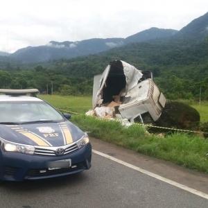 Motorista de caminhão morreu após cabine bater contra uma pedra localizada às margens da BR-376, em Guaratuba (Foto: PRF/Divulgação)