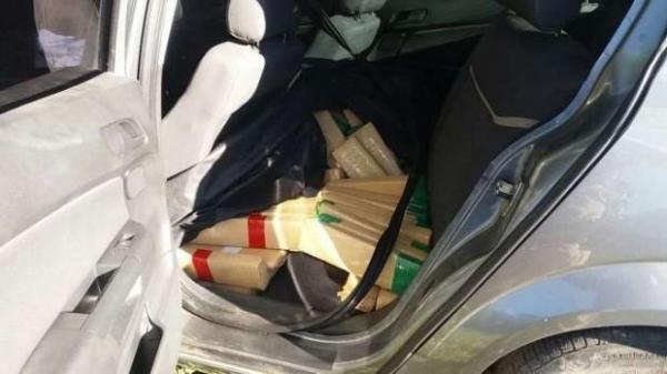 No carro havia cerca de 500 kg de maconha embalada em tabletes.(Foto: PRF)
