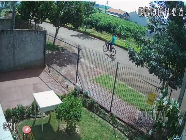 Nas images o elemento passa na frete da casa para após arrombar. (Imagens: Marechal News)