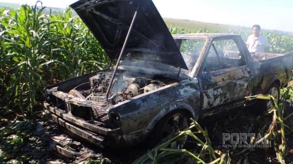 O veículo foi destruído pelo fogo. (Fotos: Léo Silva)