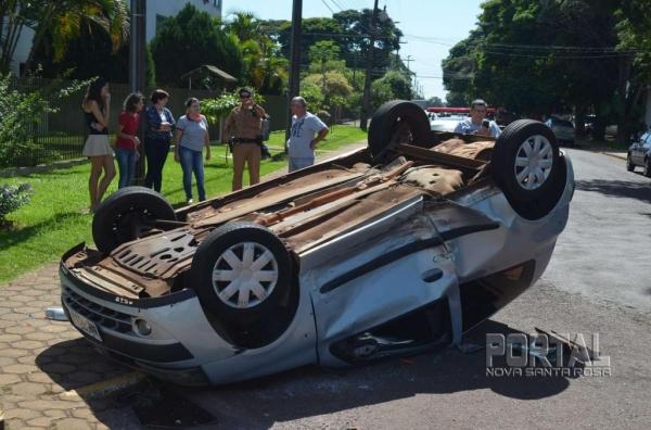O Clio ficou de pernas para o ar. (Foto: Bogoni)