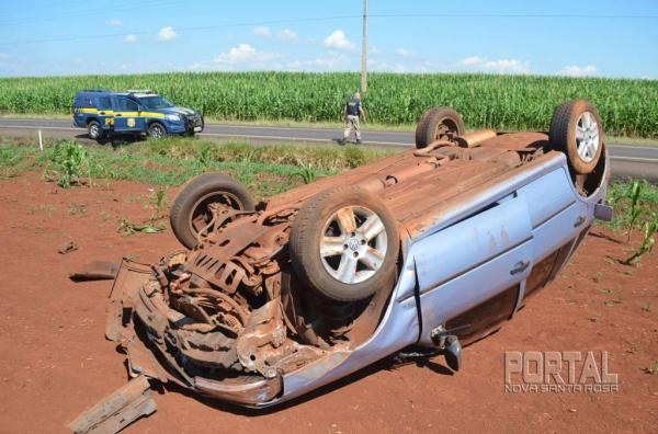O veículo parou de pernas para cima. (Foto: Bogoni)