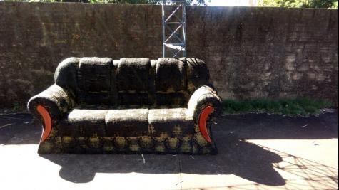 Um sofá foi colocado no ponto. (Foto: Divulgação)