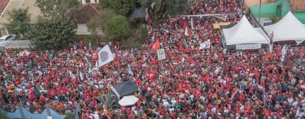 Trabalhadores ligados a movimentos sindicais se reúnem no acampamento Vigília Lula Livre (Foto: Ricardo Stuckert)
