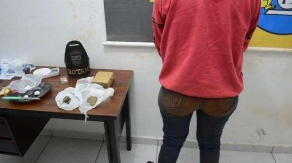 A mulher foi presa pelo tráfico de drogas. (Foto: Catve)