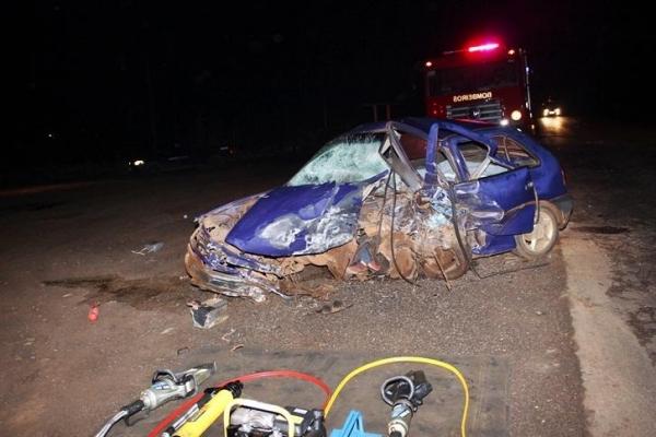 Com o impacto da batida o motor do Gol foi arrancado.(Foto:PP News)