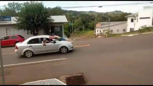 Pelas ruas da cidade, eles levaram no capô do veículo Ômega uma das vítimas. (Foto: Catve)