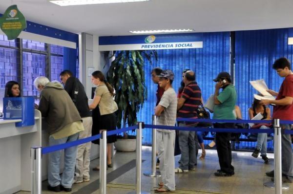 Atualmente, o segurado precisa agendar uma ida ao INSS para levar documentos . (Foto: Agência Brasil)