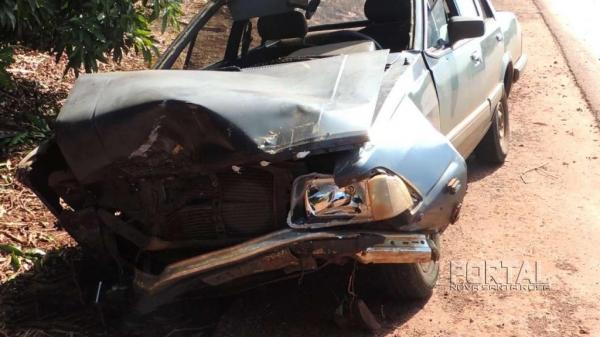 O veículo teve a frente destruída. (Foto: Léo Silva)