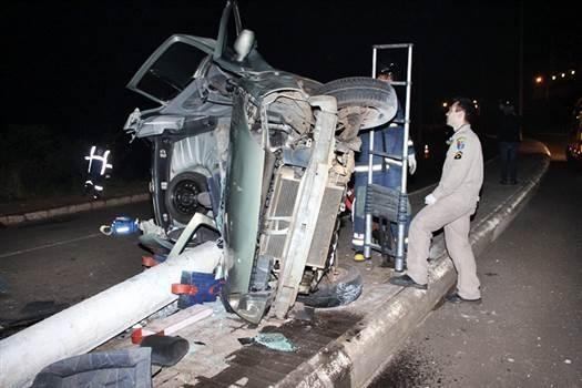 Jovem morre após carro arrancar poste em Francisco Beltrão (Foto: Luiz Maciel / PPNews )