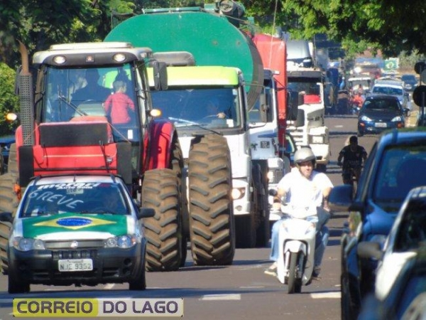 Foram caminhões, tratores, colheitadeiras, utilitários e carros de passeio, em uma tranquila manifestação. (Foto: Correio do Lago)
