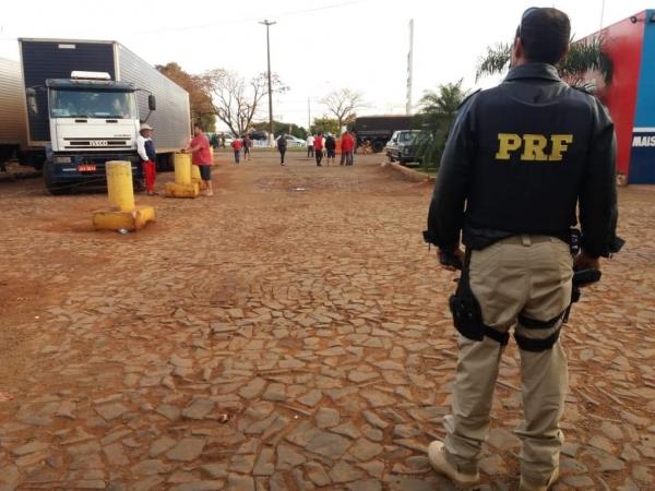 Parte desses motoristas relatou às equipes policiais que estava no local sob coação.(Foto: PRF)