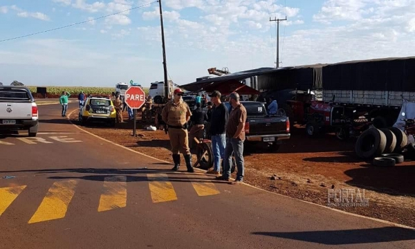 A equipe permanece no local até que os manifestantes retirem os veículos do local(Fotos: PRE).