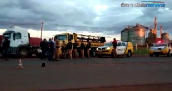Várias equipes da PM foram ao local e orientaram os caminhoneiros que deixassem as margens da rodovia (Foto: Reprodução/Tarobá News )