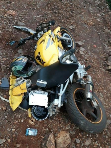 A moto ficou destruída. (Fotos: PRE)