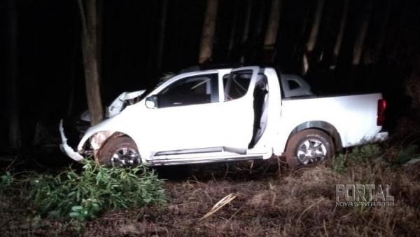 A camionete foi encontrada batida em uma árvore. (Foto: Colaborador)