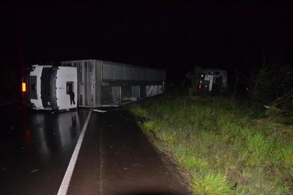 A força do vento tombou dois caminhões porcadeiros. (Fotos: Máxima FM)