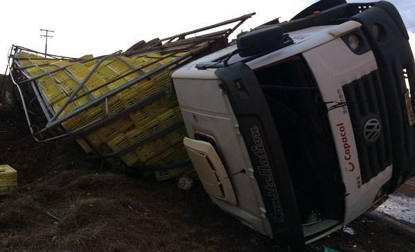 O motorista de 32 anos do caminhão sofreu alguns ferimentos. (Foto:PRE)