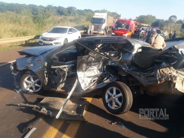 O Corola ficou praticamente destruído.(Foto: PRF e Divulgação )
