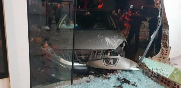 Pelo menos 3 pessoas estavam no carro e evadiram-se do local.(Fotos:Portal Palotina)